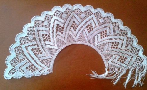 Bobbin lace for making a fan